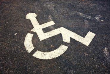 Politiewagen parkeert op gehandicaptenplaats. Wat zegt de Wegcode ?